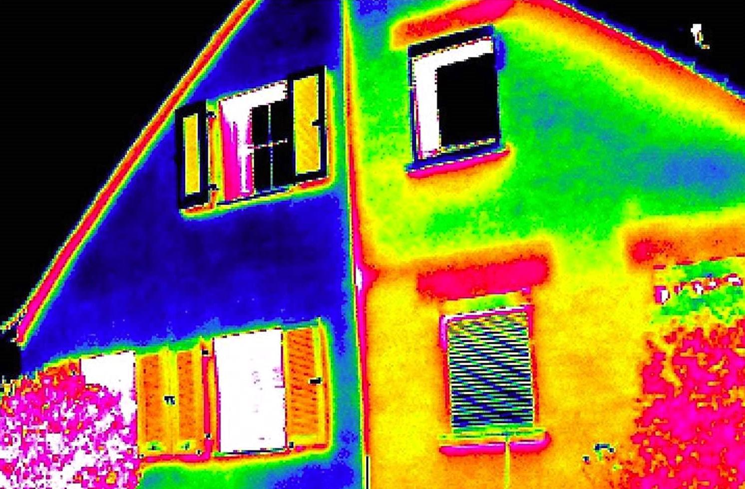 Bild zeigt ein Thermografiebild der Hausfassade